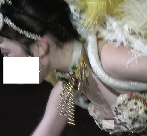 透き通る色白美肌のJDダンサー、ブラの隙間からピンクのトップがポロリ